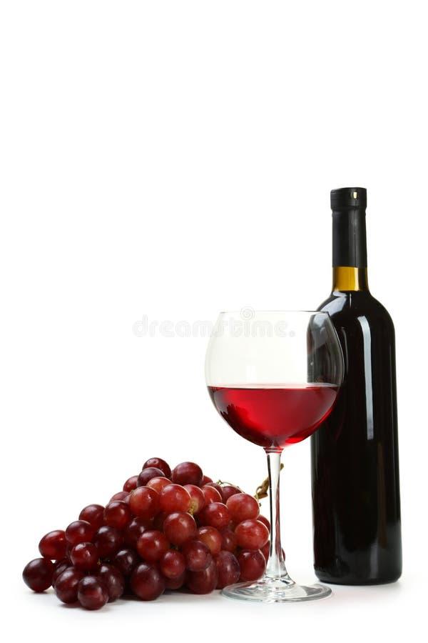 Vidro do vinho branco com as uvas e a garrafa isoladas em um branco fotografia de stock