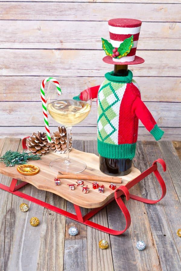 Vidro do vinho branco com decorações do feriado imagem de stock royalty free