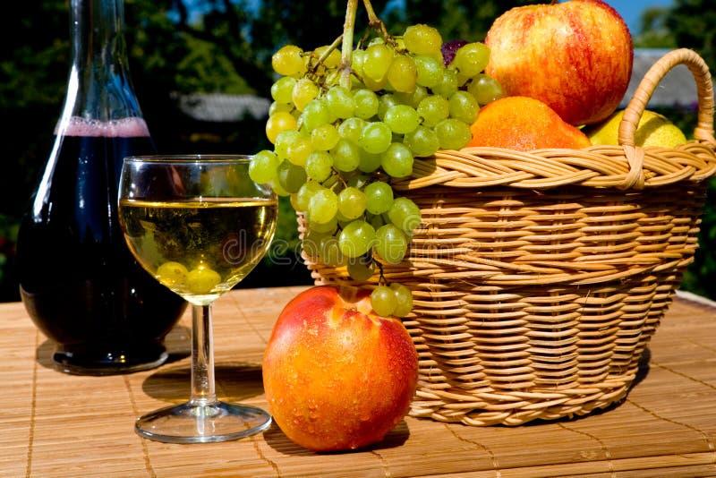 Vidro do vinho branco com frutas imagens de stock royalty free