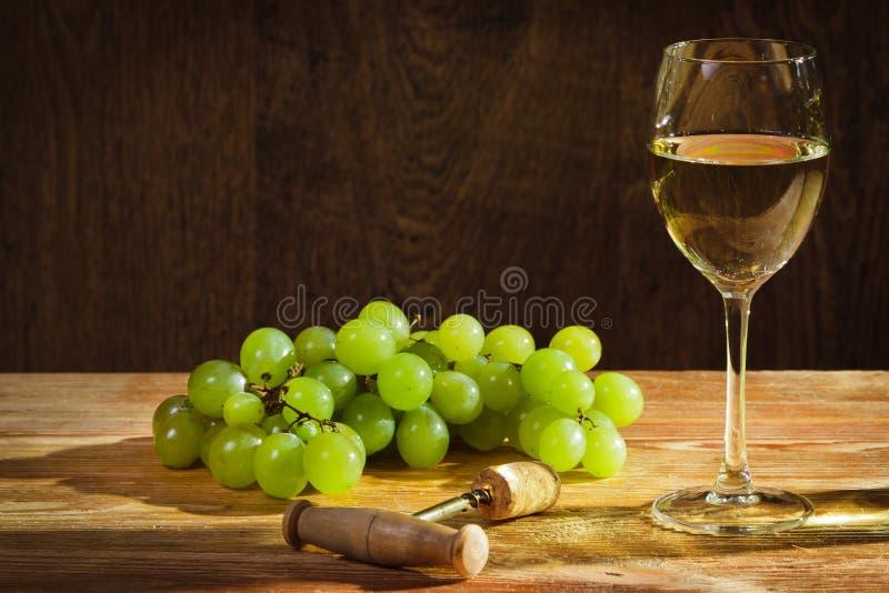 Vidro do vinho branco com uvas fotografia de stock