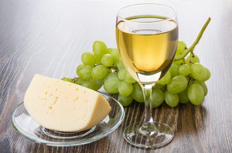 Vidro do vinho branco, da uva e da parte de queijo fotografia de stock royalty free
