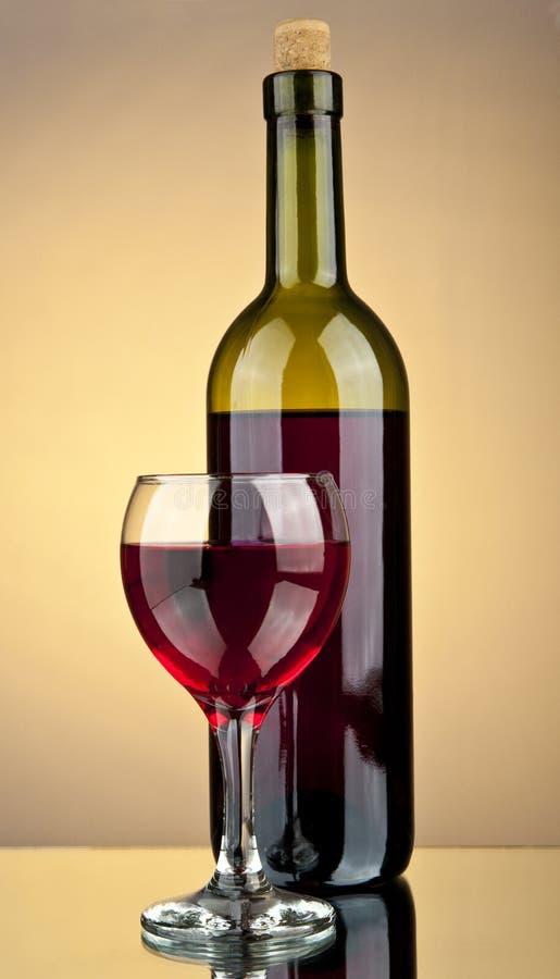 Vidro do vinho e de um frasco imagem de stock