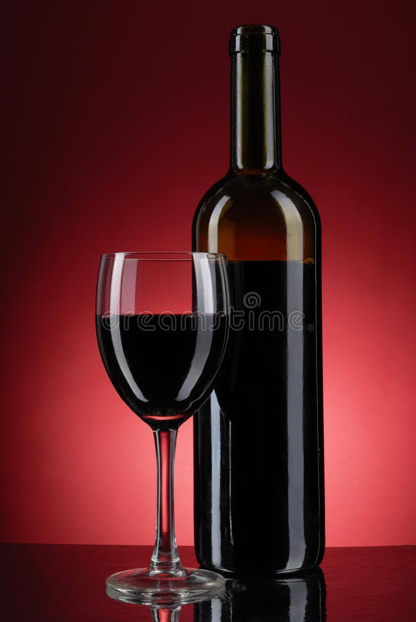 Vidro do vinho e do frasco fotografia de stock royalty free