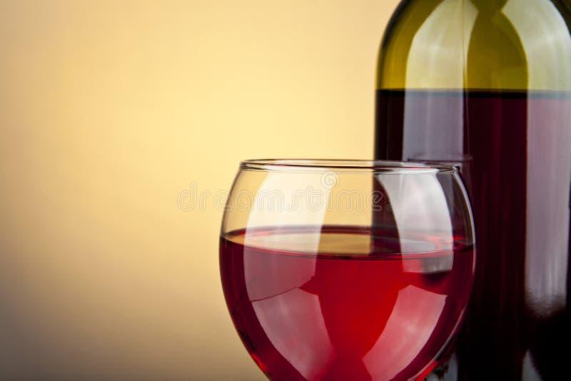 Vidro do vinho e do frasco imagem de stock royalty free