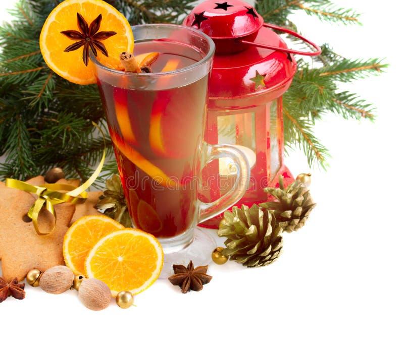 Vidro do vinho ferventado com especiarias Natal foto de stock royalty free