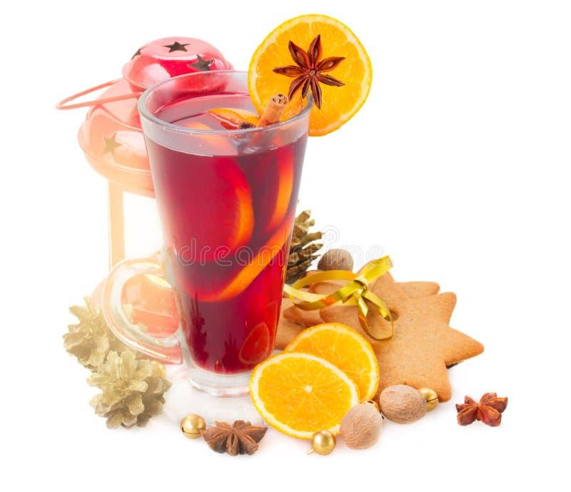 Vidro do vinho ferventado com especiarias Natal imagens de stock royalty free