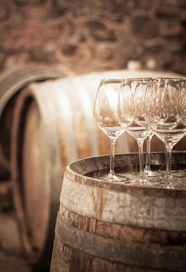 Vidro do vinho na adega de vinho fotos de stock
