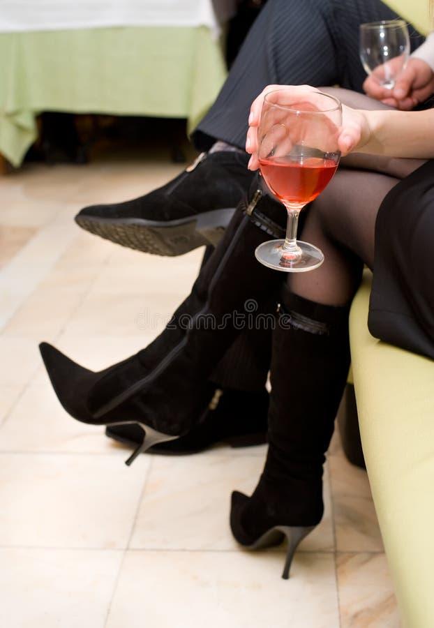 Vidro do vinho na mão fêmea foto de stock