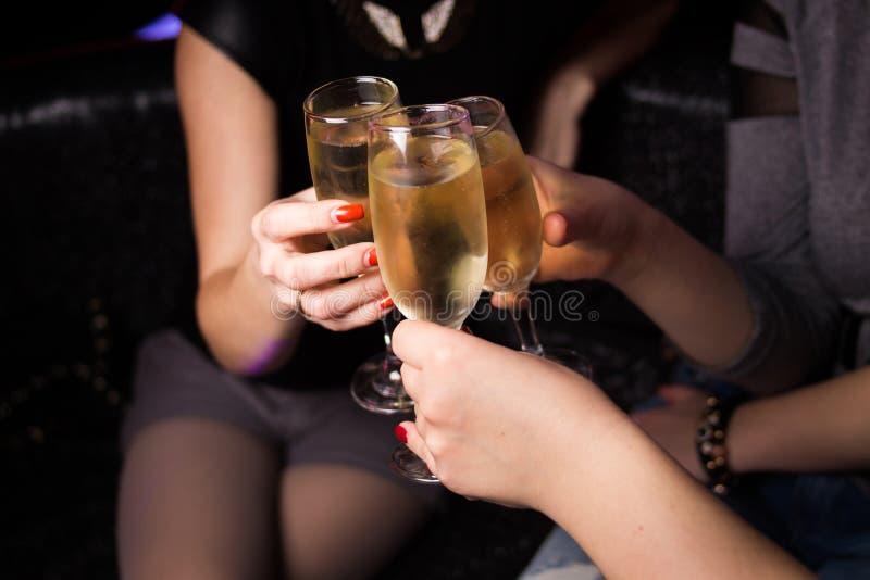 Vidro do vinho nas mãos imagens de stock royalty free