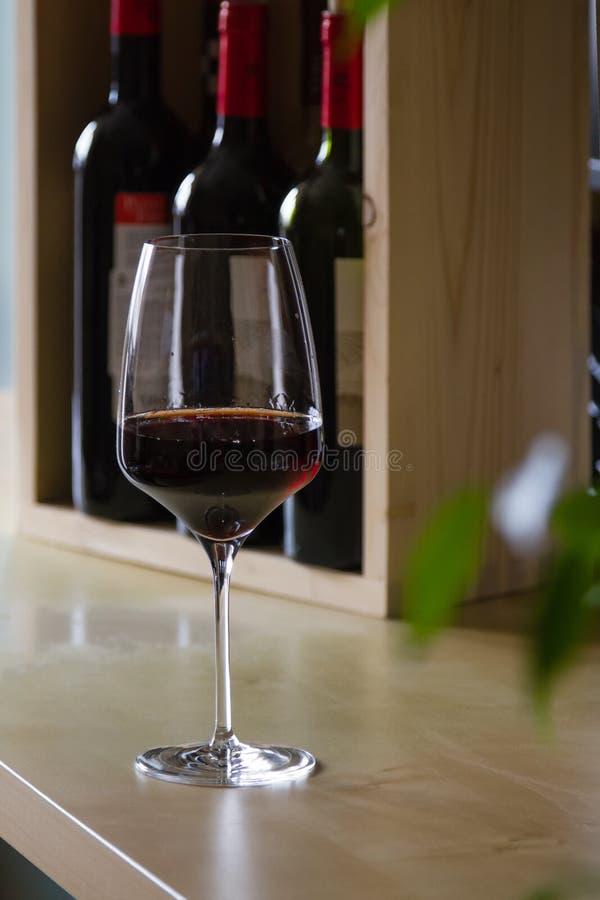 Vidro do vinho tinto no interior imagens de stock