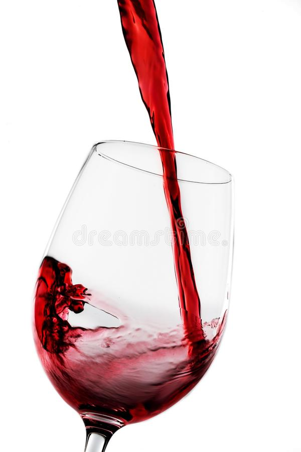 Vidro do vinho tinto que está sendo derramado fotos de stock royalty free