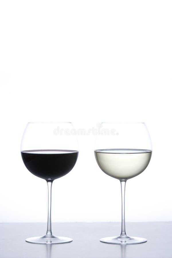 Vidro do vinho vermelho e do vinho branco foto de stock royalty free