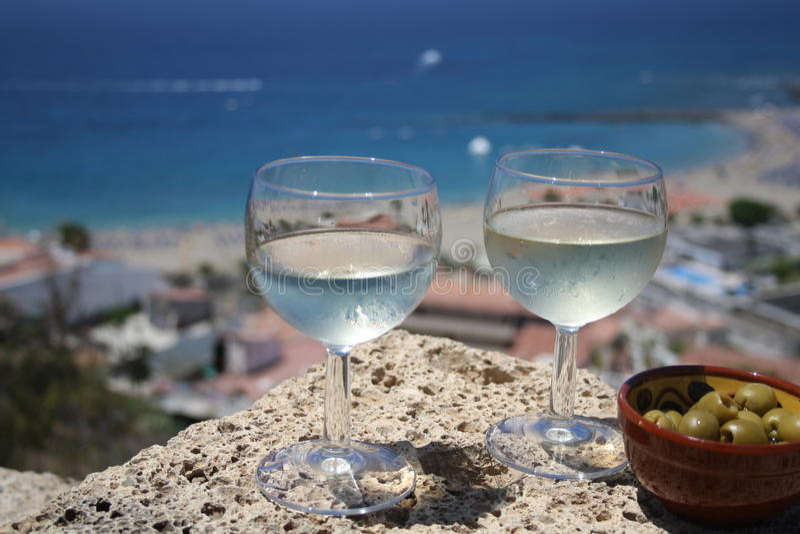 Vidro do wiev da praia do vinho branco foto de stock