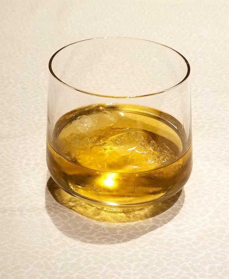 vidro dourado do uísque Uísque nas rochas imagens de stock