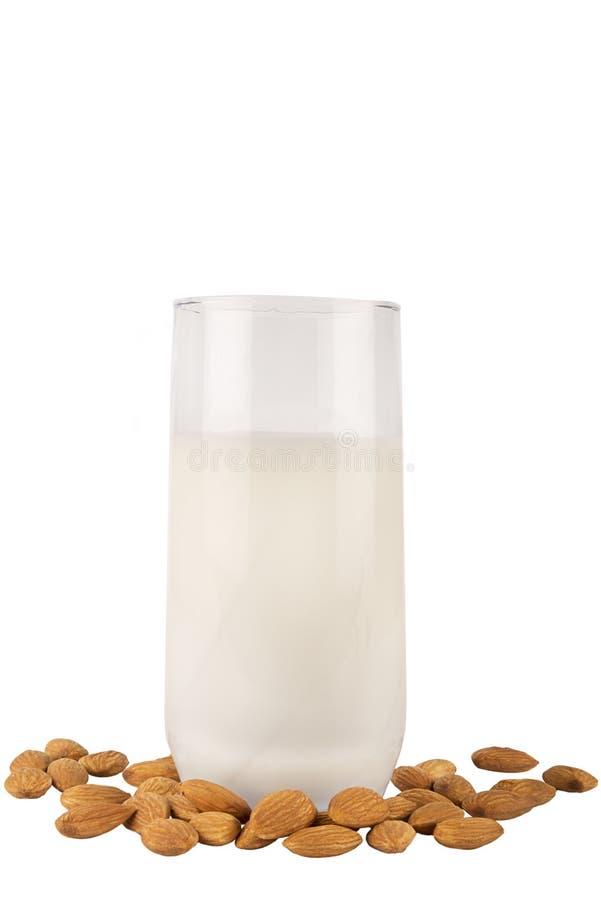 Vidro e amêndoas de leite da amêndoa isolados em um branco fotografia de stock royalty free