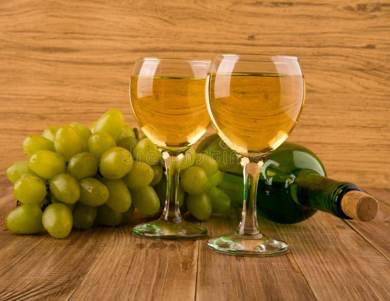 Vidro e frasco com vinho imagens de stock