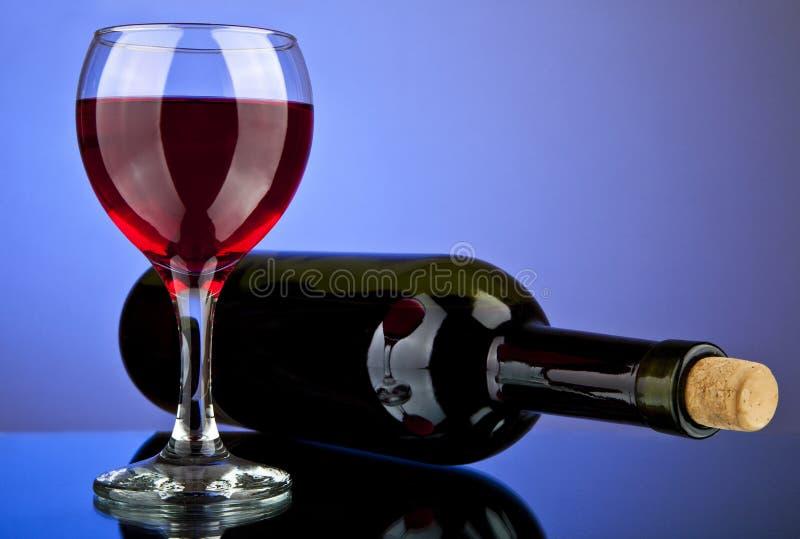 Vidro e frasco com vinho foto de stock royalty free