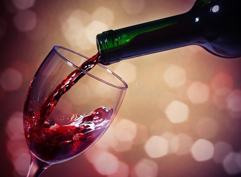 Vidro e frasco de vinho vermelho foto de stock royalty free