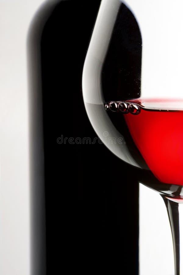 Vidro e frasco do vinho vermelho. fotografia de stock royalty free