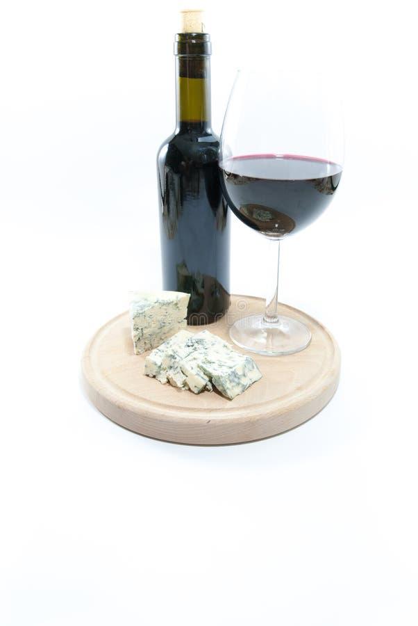Vidro e garrafa com vinho tinto e conceito moldado do luxo da degustação de vinhos do queijo de lado foto de stock