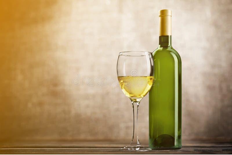 Vidro e garrafa do vinho branco no grunge fotografia de stock royalty free