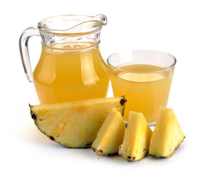 Vidro e jarro completos de suco de abacaxi imagens de stock royalty free