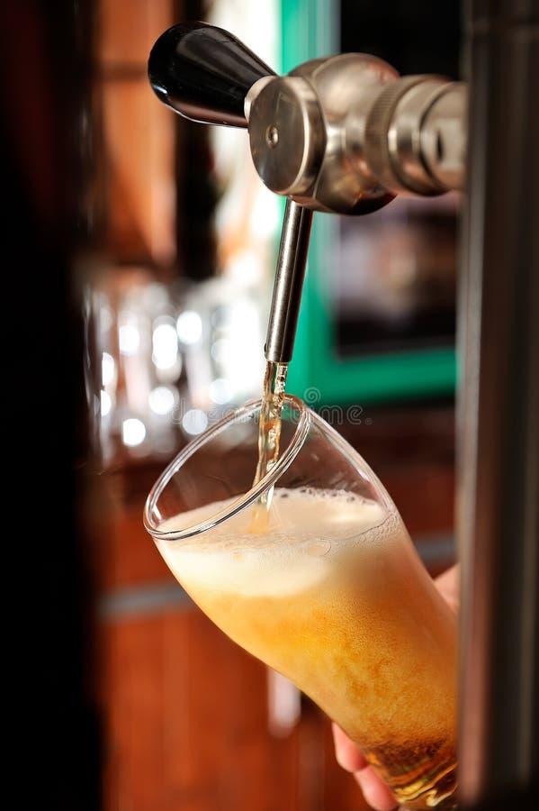 Vidro e torneira de enchimento de cerveja fotos de stock royalty free