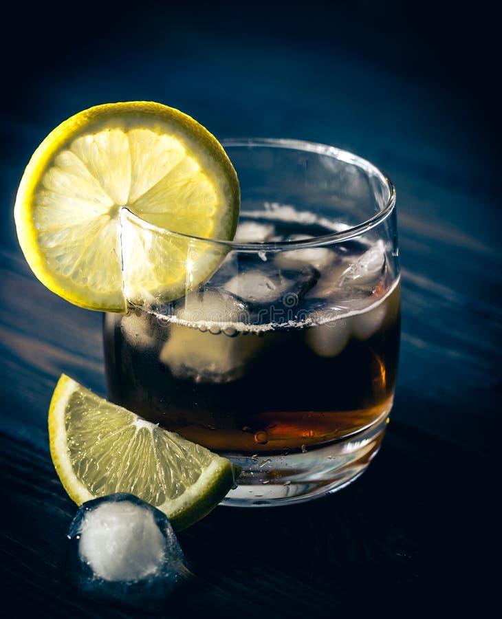 Vidro e uísque com gelo fotografia de stock