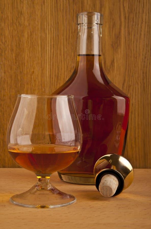 Vidro e uma garrafa do álcool fotos de stock