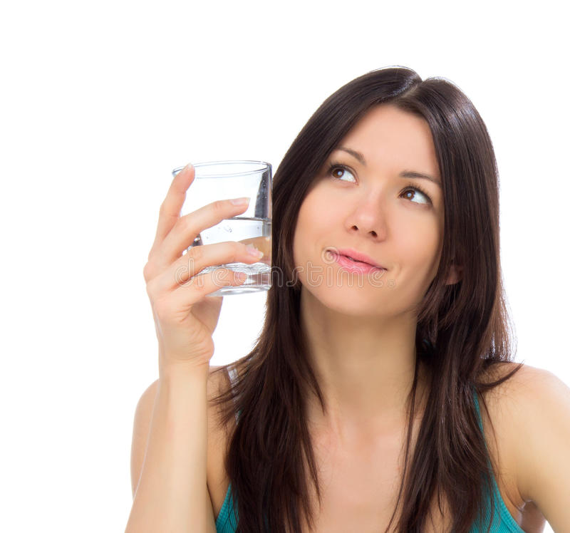 Vidro feliz novo da bebida da mulher da água potável e de olhar t fotos de stock