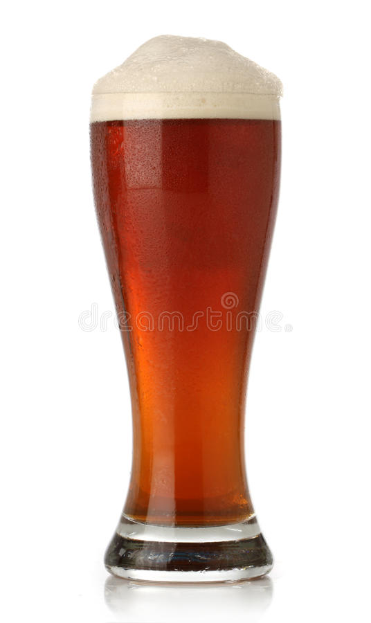 Vidro frio da cerveja sobre o branco foto de stock
