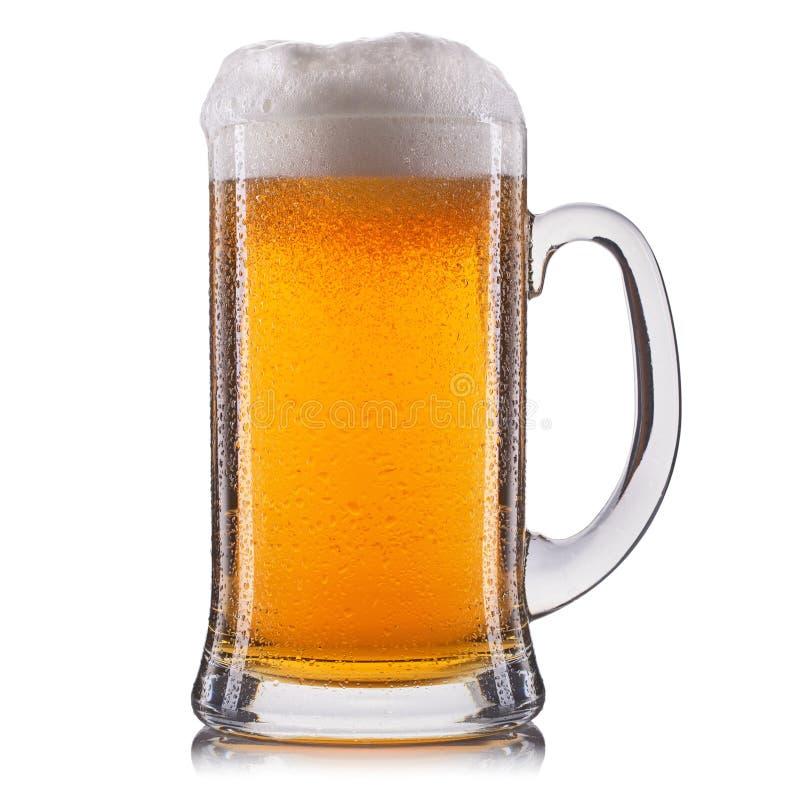 Vidro gelado da cerveja clara isolado em um fundo branco fotos de stock royalty free