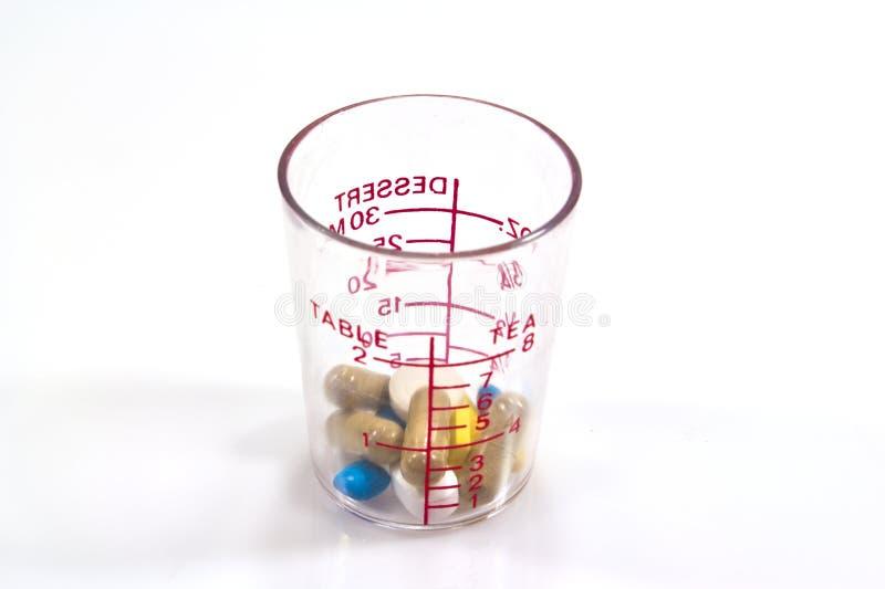 Download Vidro Graduado Com Comprimidos Médicos Para Dentro Imagem de Stock - Imagem de saúde, addiction: 26524627