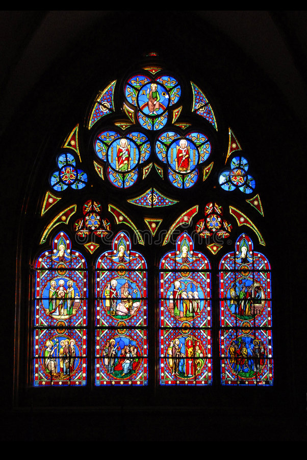 Vidro manchado da catedral de Chartres em France fotos de stock