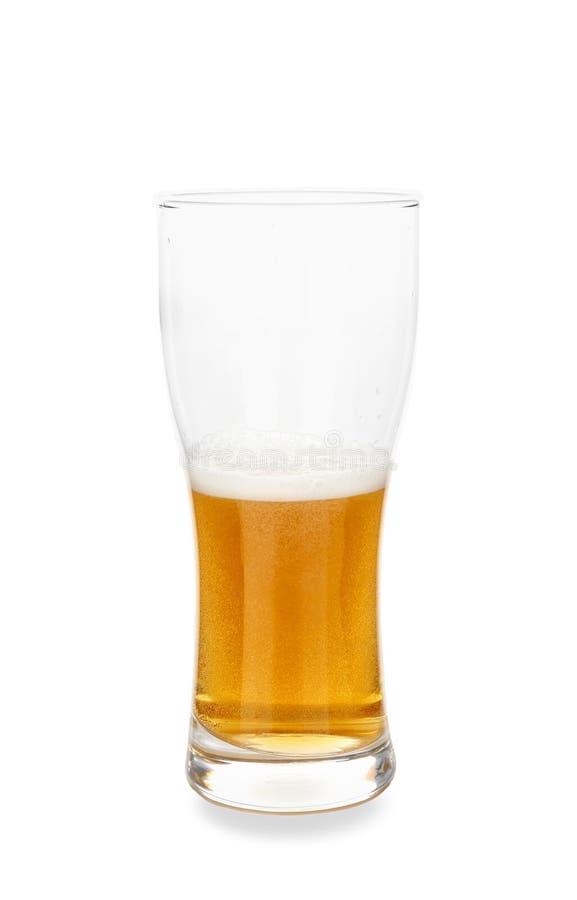 vidro Metade-enchido da cerveja fria no fundo branco imagens de stock