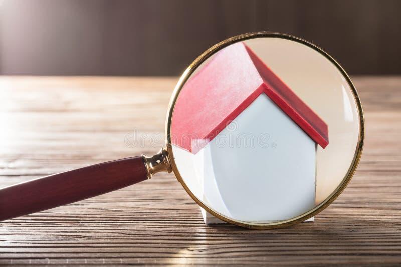 Vidro modelo de Seen Through Magnifying da casa fotos de stock royalty free