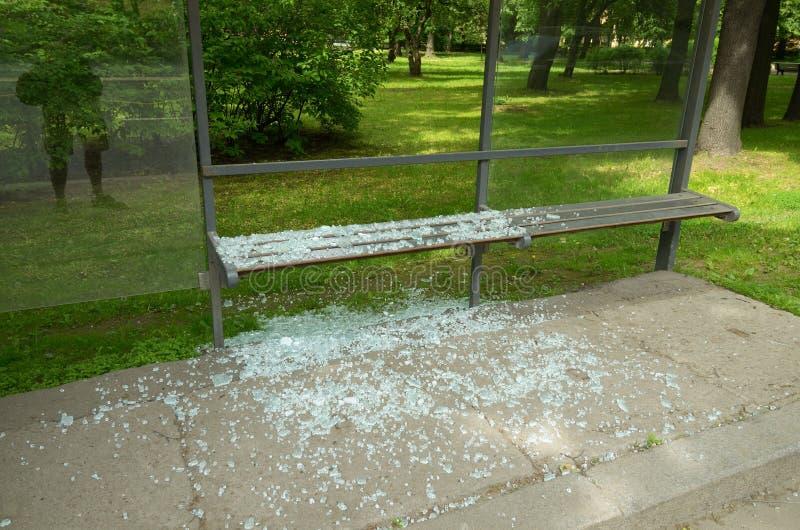 Vidro quebrado na parada do ônibus imagem de stock
