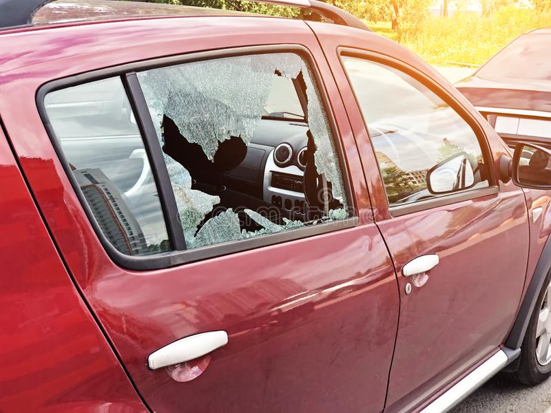 Vidro quebrado na porta do passageiro de um automóvel de passageiros estacionado O conceito do crime do roubo de carro, roubo dos foto de stock royalty free
