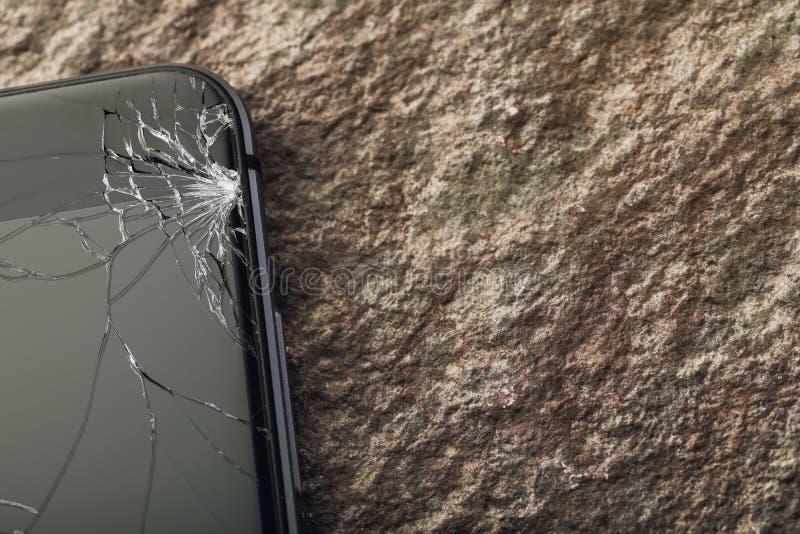 Vidro quebrado na tela do telefone com espaço da cópia imagens de stock