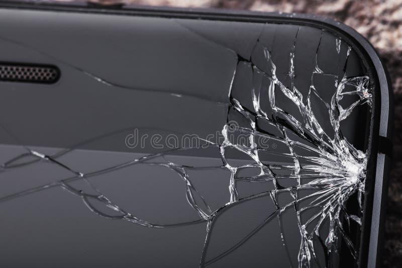 Vidro quebrado na tela do telefone com espaço da cópia imagem de stock