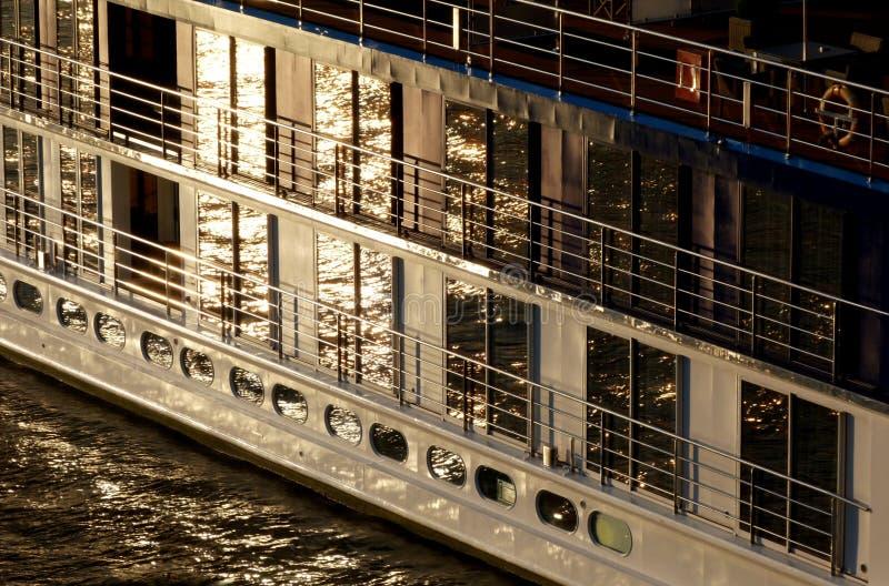Vidro reflexivo e detalhe de aço da fachada do barco no por do sol imagens de stock royalty free