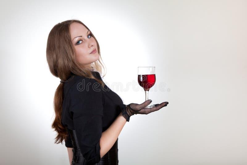 Vidro sensual da terra arrendada da mulher do vinho foto de stock royalty free