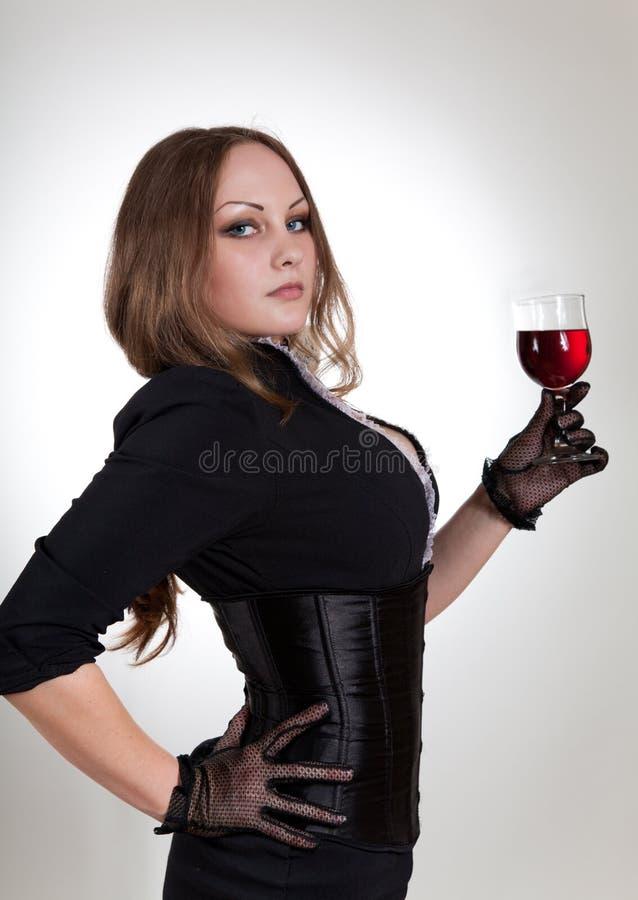 Vidro sensual da terra arrendada da mulher do vinho fotos de stock