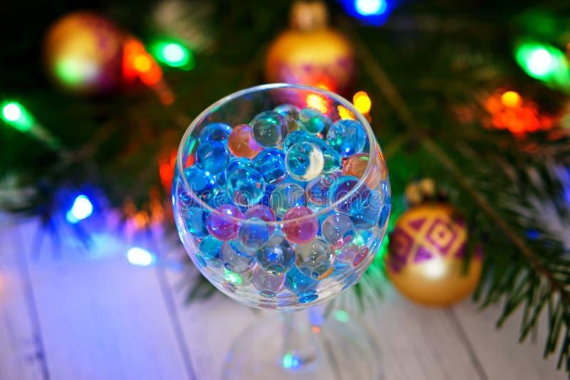 Vidro transparente com as bolas do gel no fundo fotografia de stock