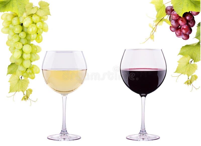 Vidro vermelho e branco do vinho com uvas imagem de stock royalty free