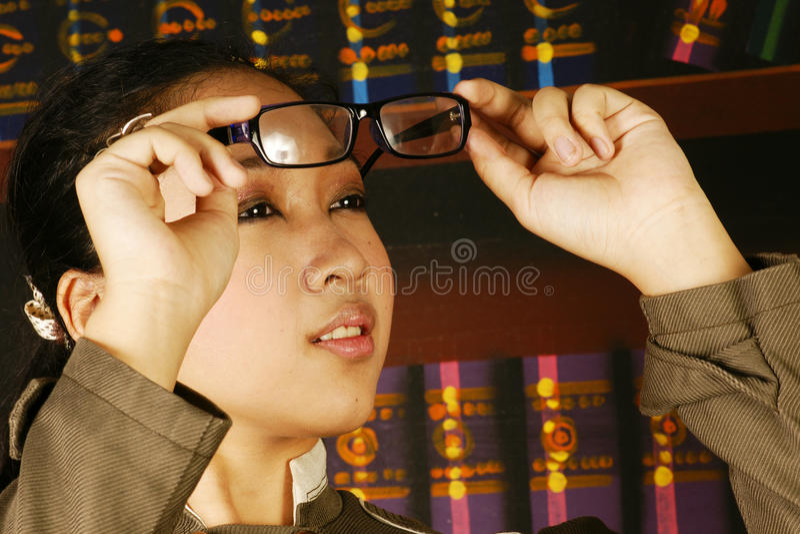 Vidros adolescentes da forma da menina do escritório fotos de stock
