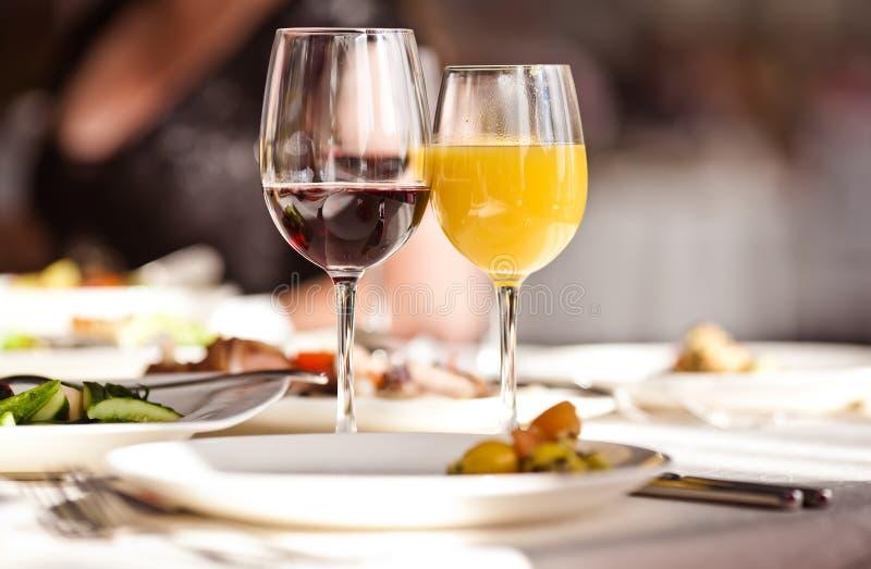 Vidros ajustados com bebidas no restaurante imagens de stock royalty free