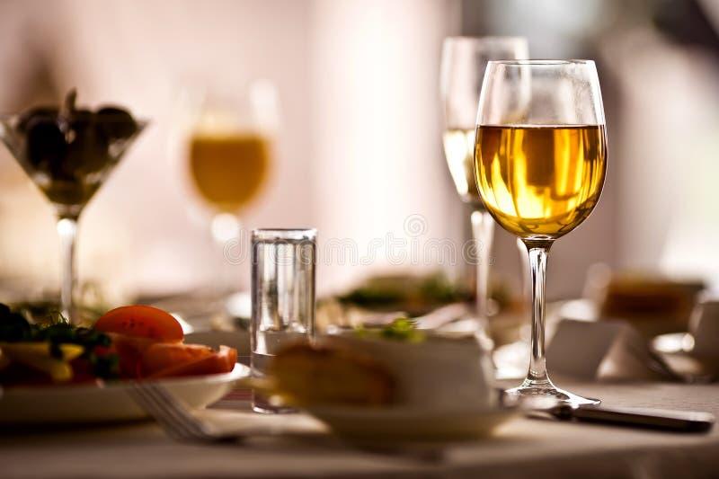 Vidros ajustados com bebidas no restaurante fotos de stock royalty free