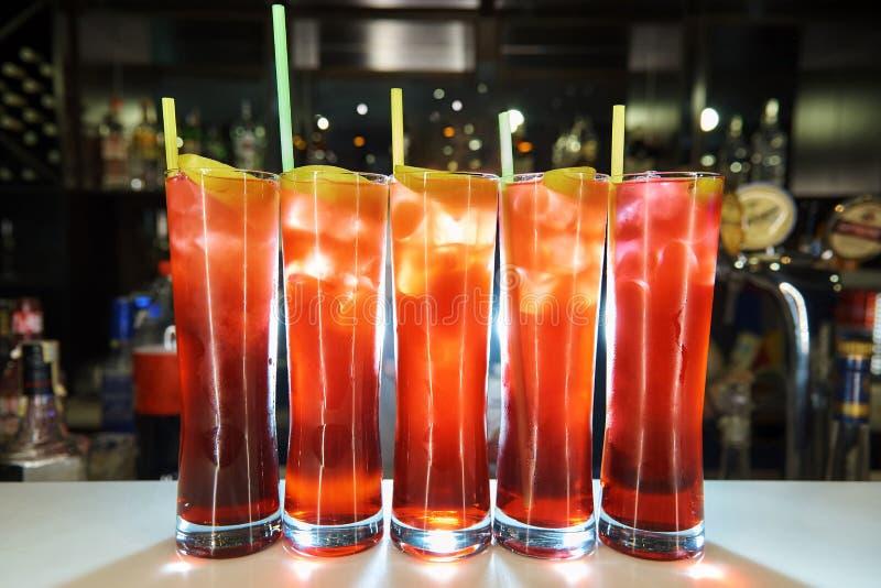 Vidros altos com os cocktail frios brilhantes imagens de stock