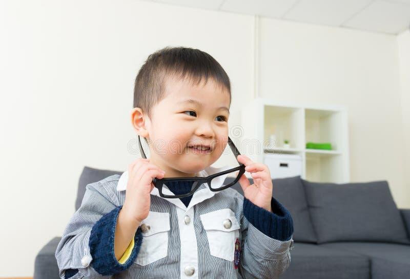 Vidros asiáticos do desgaste do rapaz pequeno fotos de stock royalty free